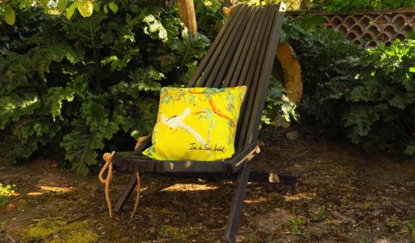 coussin tendance avec un design de chinoiserie jaune