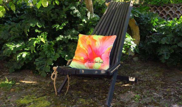 coussin pour salon avec un design de fleur par ina de saint andeol artiste